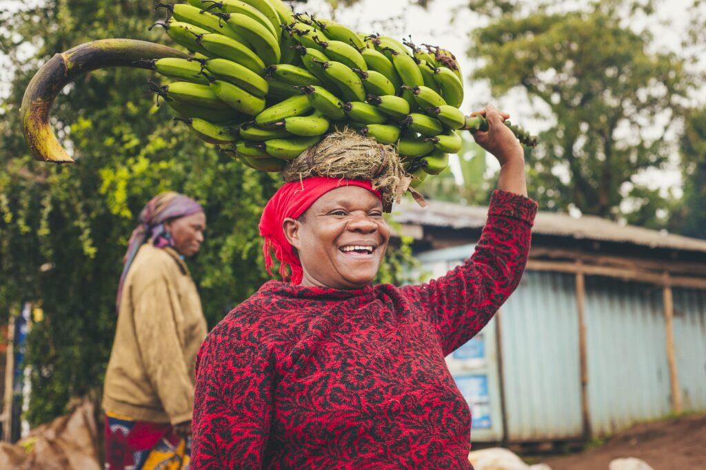 Frau in Tansania mit Bananen